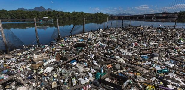 14mai2014---lixo-se-acumula-a-margem-da-baia-de-guanabara-no-rio-de-janeiro-1402407728403_615x300